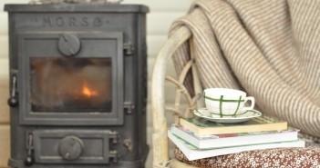 Det er hyggeligt at sidde ved brændeovnen og læse