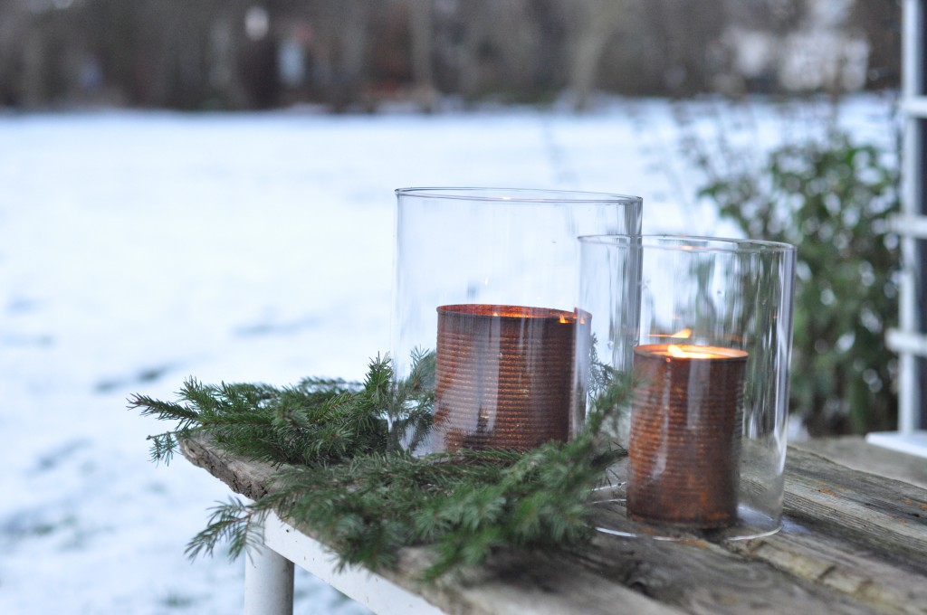 Rustne konservesdaaser med lys og glas