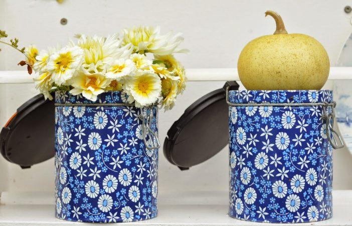genbrug i haven - kaffedåser til blomsterbuketter