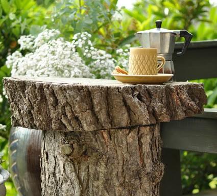 Lav et bord af en træstamme - The little black house