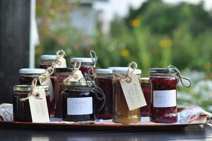 Syltetøj af bær fra haven
