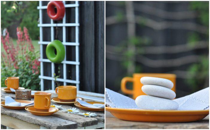 Spiseplads i haven med genbrugsbord