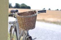 Cykel med kornmarker i baggrunden