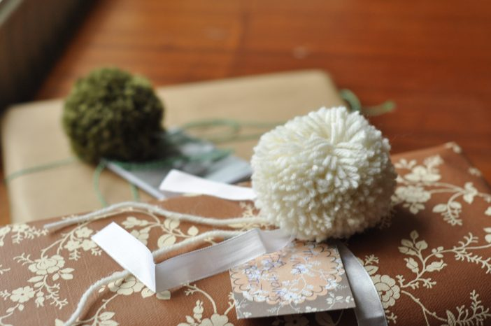 Julegaver pyntet med pomponer