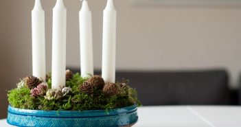 Adventskrans 2018 med mos og materialer fra skov og have