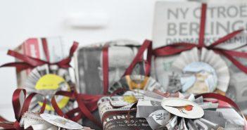 Genbrug julen. Gaverne er pakket ind i avispapir.