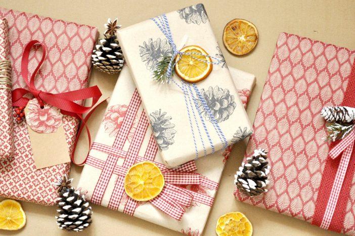 Julegaveindspakning med tørrede appelsinskiver og andet naturligt pynt