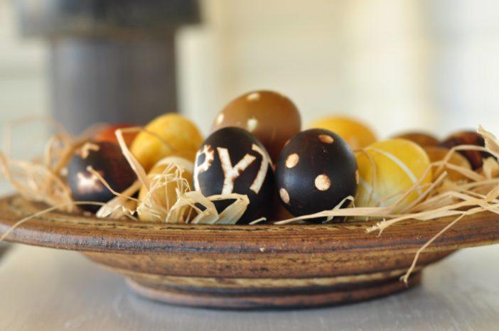 Plantefarvede æg med klistermærker